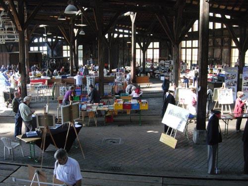 Les stands des exposants sous la rotonde du dépôt de Longueville