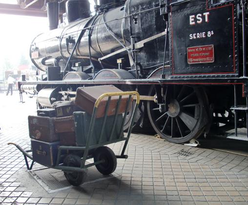 La locomotive 30.476 sous la rotonde du dépôt de Longueville