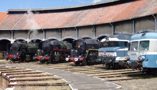 Les 3 locomotives à vapeur la CC 72084 et un autorail 2800