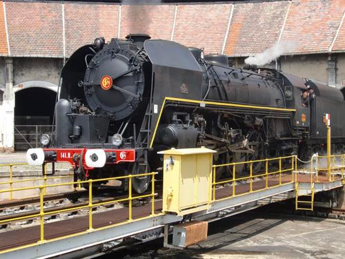La 141R840 manoeuvre sur la plaque tournante du dépôt de Montluçon