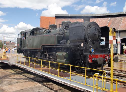 La locomotive 141TD740 sur la plaque du dépôt