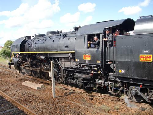 La locomotive à vapeur 141R840 pendant le départ simultané de la gare de Montluçon