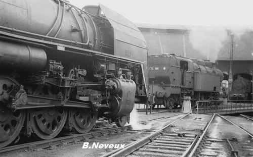La 141 R 1153 la 141 TA 414 et une 040TX au dépôt de Montluçon en 1967 Photo Bernard Neveux