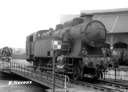 141 TA 414 et une 141 R en 1967 au dépot de Montluçon Photo Bernard Neveux